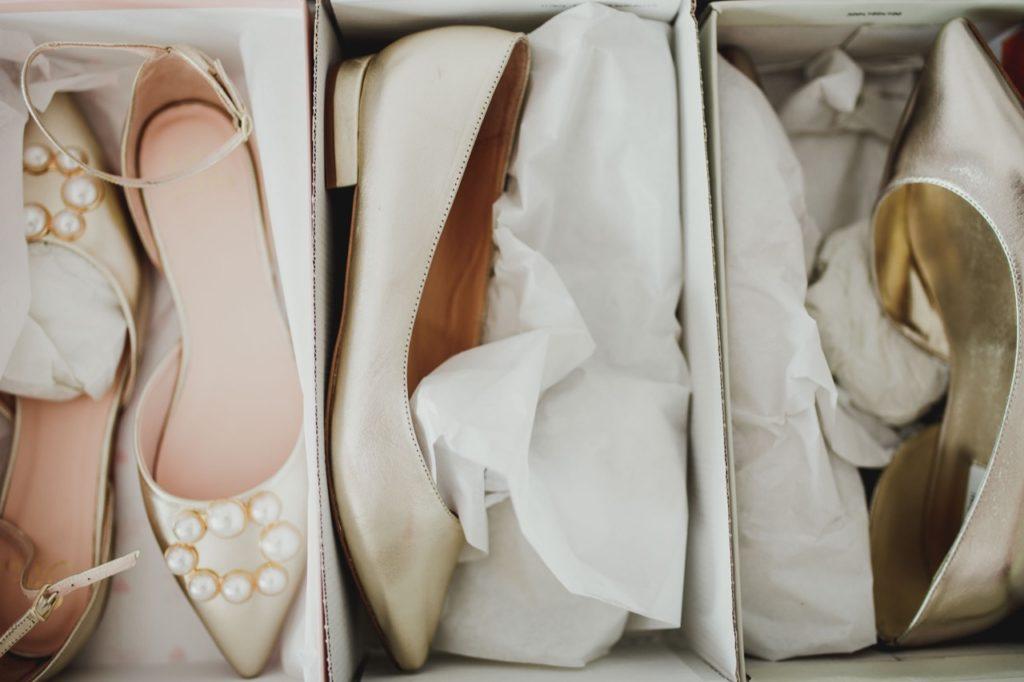 Foto zeigt verschiedene Brautschuhe
