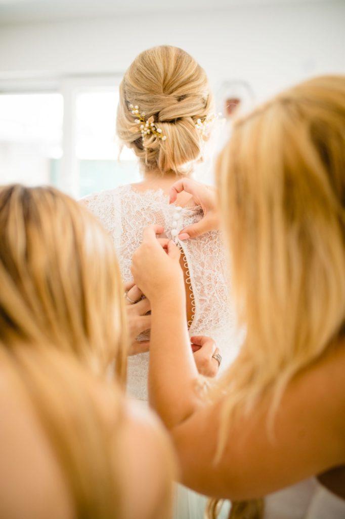 Hochzeitsfoto der Anprobe des Hochzeitskleids