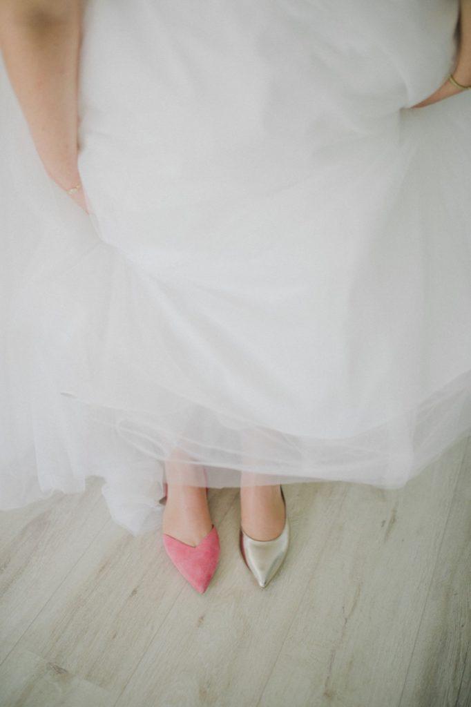 Bild zeigt Braut mit verschiedenen Schuhen