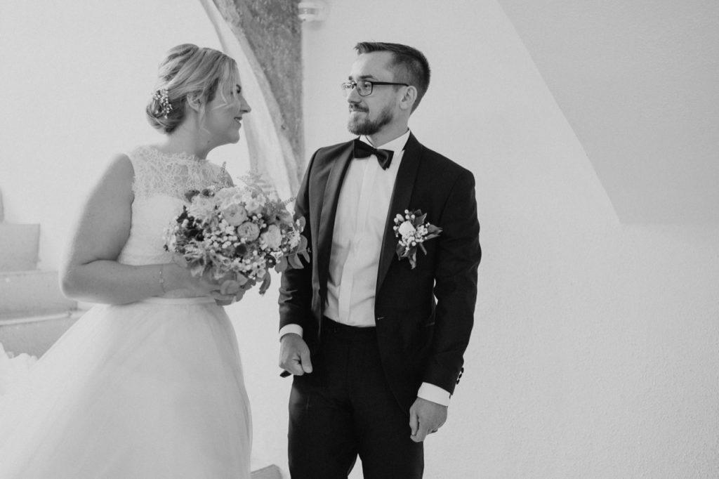 Foto vom Brautpaar beim Betreten des Standesamts