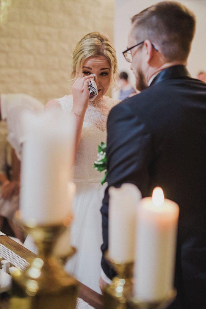Bild zeigt die weinende Braut