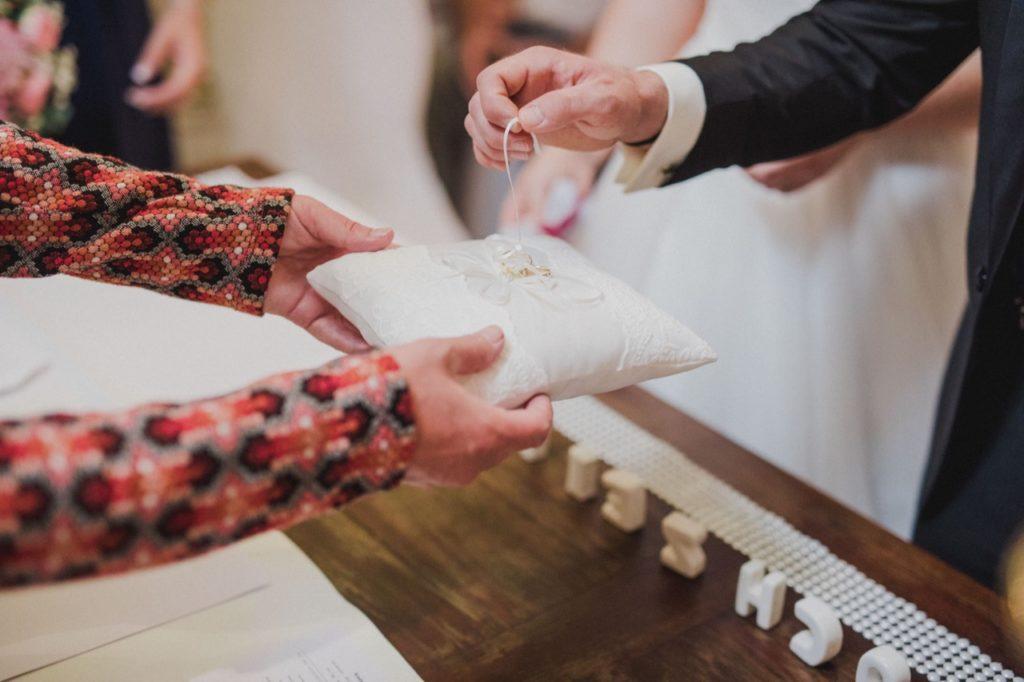 Foto zeigt die Eheringe des Brautpaars