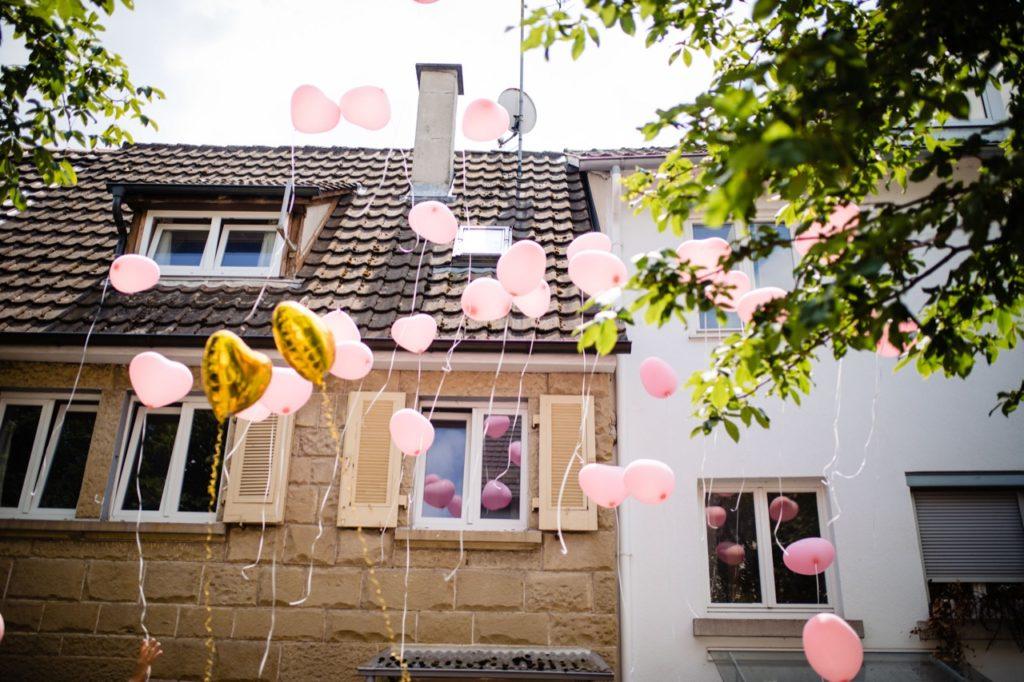 Hochzeitsfotografie von Luftballons vor dem Standesamt