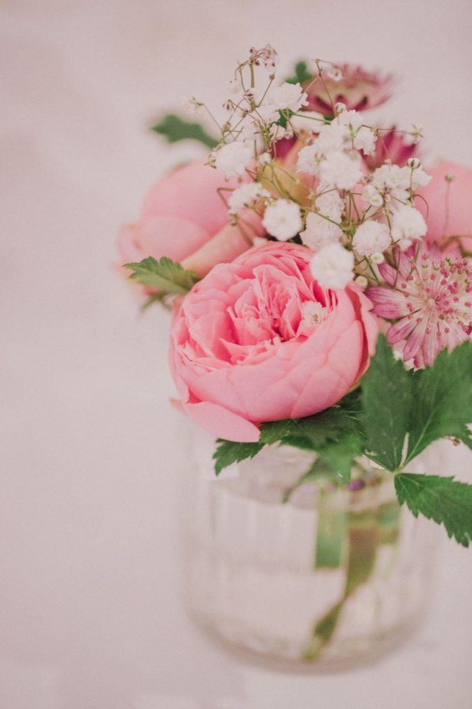 Hochzeitsfoto vom Blumenschmuck auf dem Tisch
