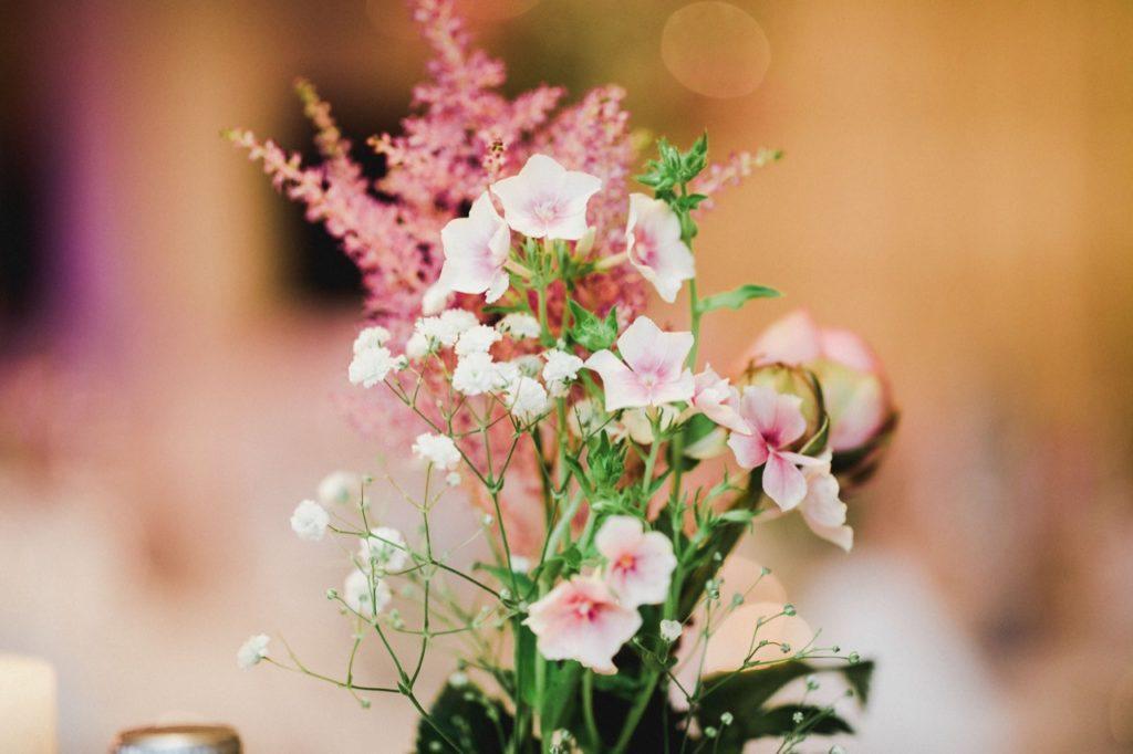 Foto zeigt Blumen vom Brauttisch