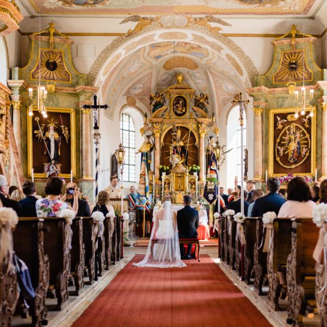 Brautpaar am Altar in der Kirche -Hochzeitsfotografie Fürstenfeldbruck