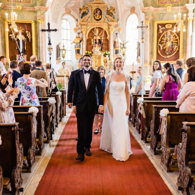 Brautpaar verlässt feierlich die Kirche - -Hochzeitsfotografie Fürstenfeldbruck