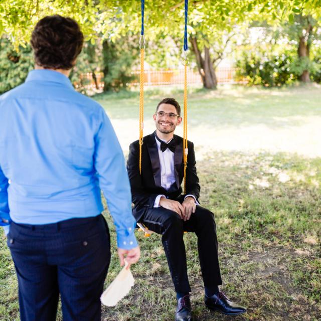 Bräutigam sitzt auf einer Schaukel - Hochzeitsfotografie Fürstenfeldbruck
