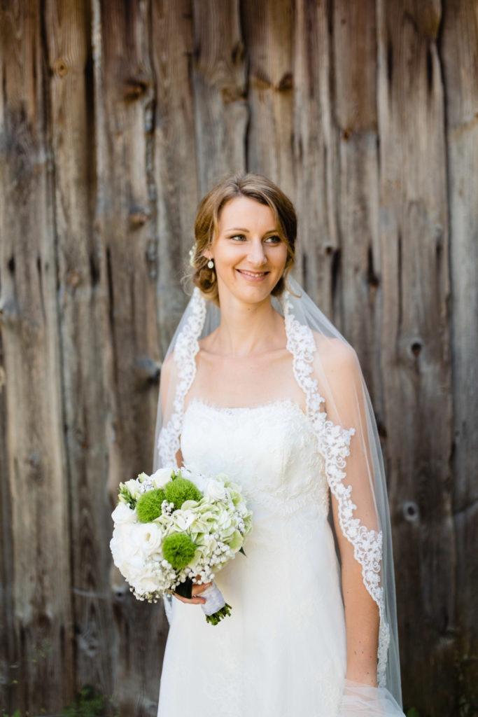 Braut lächelt in die Kamera - Hochzeitsfotografie Fürstenfeldbruck