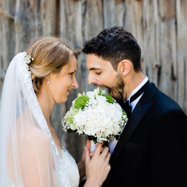 Bräutigam albert mit dem Brautstrauß herum - Hochzeitsfotografie Fürstenfeldbruck