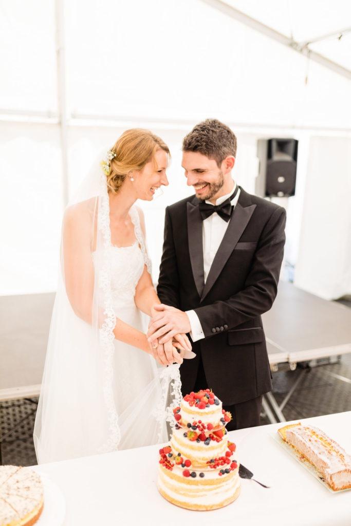 Brautpaar schneidet die Torte an - Hochzeitsfotografie Fürstenfeldbruck