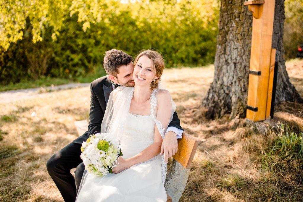 Brautpaar sitzt verliebt vor einem Baum - Hochzeitsfotografie Fürstenfeldbruck