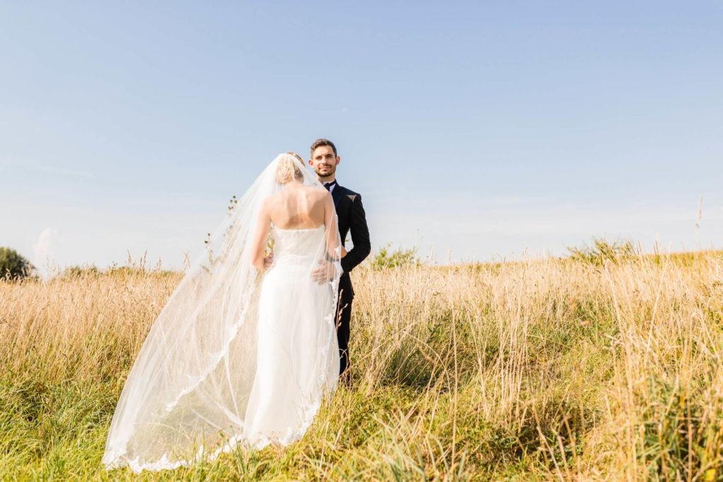Verliebtes Brautpaar im hohen Gras - Hochzeitsfotografie Fürstenfeldbruck