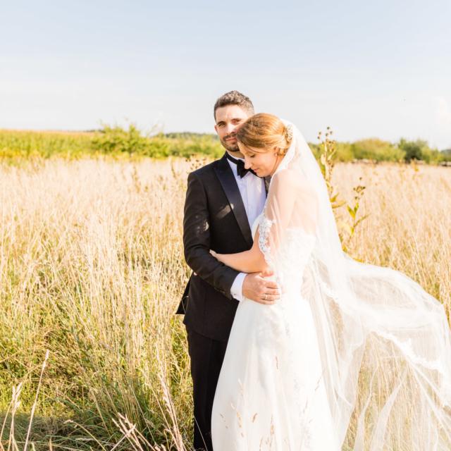 Brautpaar umarmt sich - Hochzeitsfotografie Fürstenfeldbruck