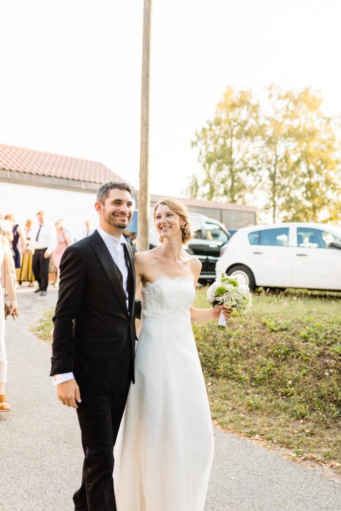 Brautpaar läuft Hand-in-Hand auf der Straße- Hochzeitsfotografie Fürstenfeldbruck