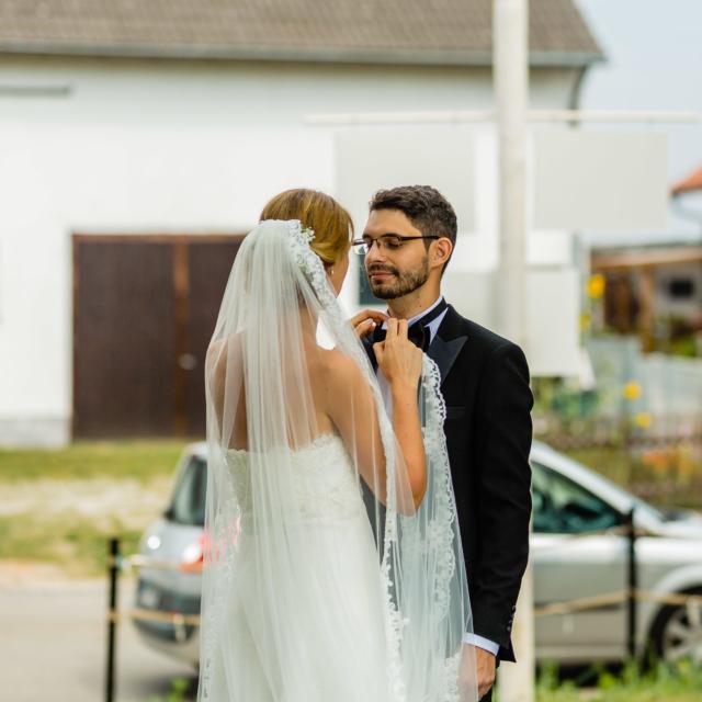 Braut richtet dem Bräutigam die Fliege - Hochzeitsfoto-Fürstenfeldbruck