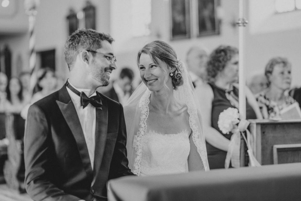 Schwarz-Weiß-Foto vom Brautpaar in der Kirche - Hochzeitsfotografie Fürstenfeldbruck