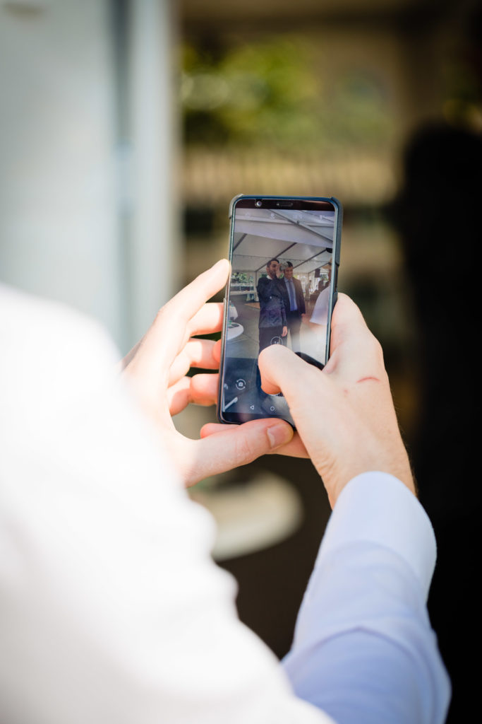 Hochzeitsfotografie auf dem Smartphone gespiegelt- Hochzeitsfoto-Fürstenfeldbruck