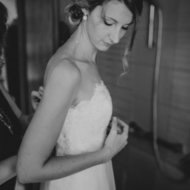 Hochzeitsfotografie zeigt Braut beim anziehen - Hochzeitsfoto-Fürstenfeldbruck