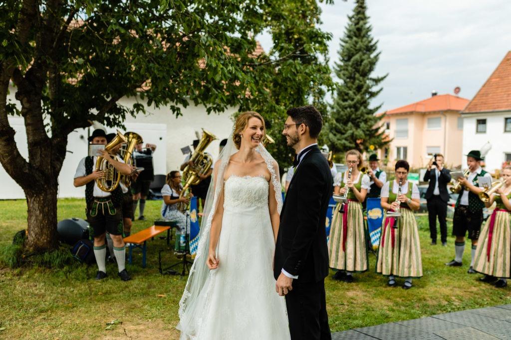 Brautpaar im Vordergrund und hinten eine Blaskapelle -Hochzeitsfotografie Fürstenfeldbruck