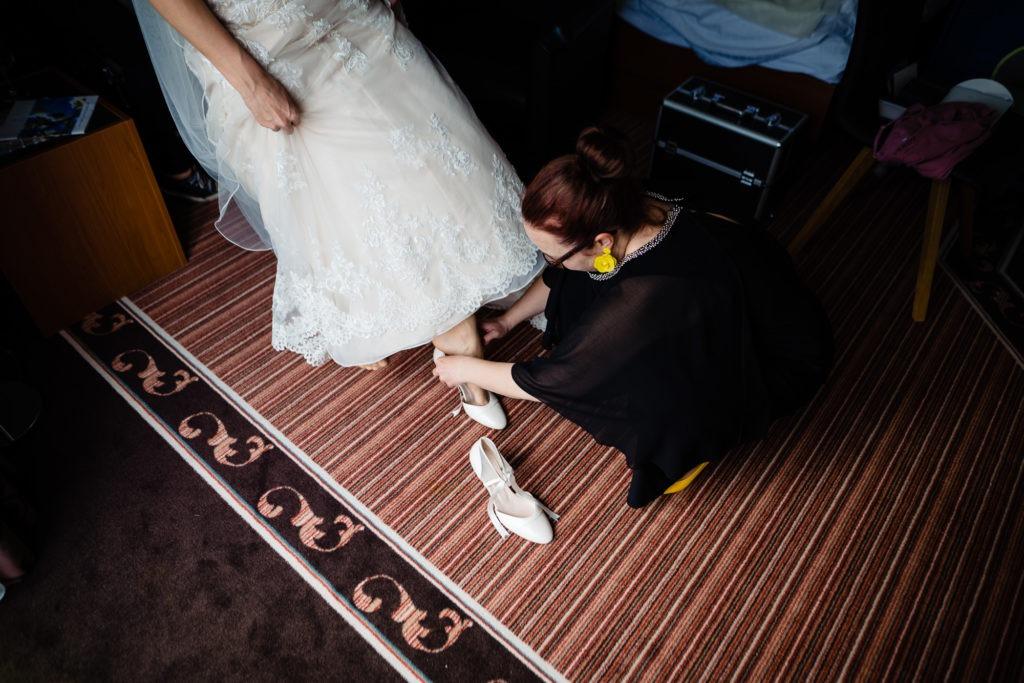 Foto vom Binden der Brautschuhe