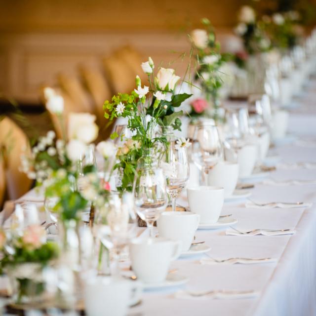 Foto zeigt Tisch mit Dekoration