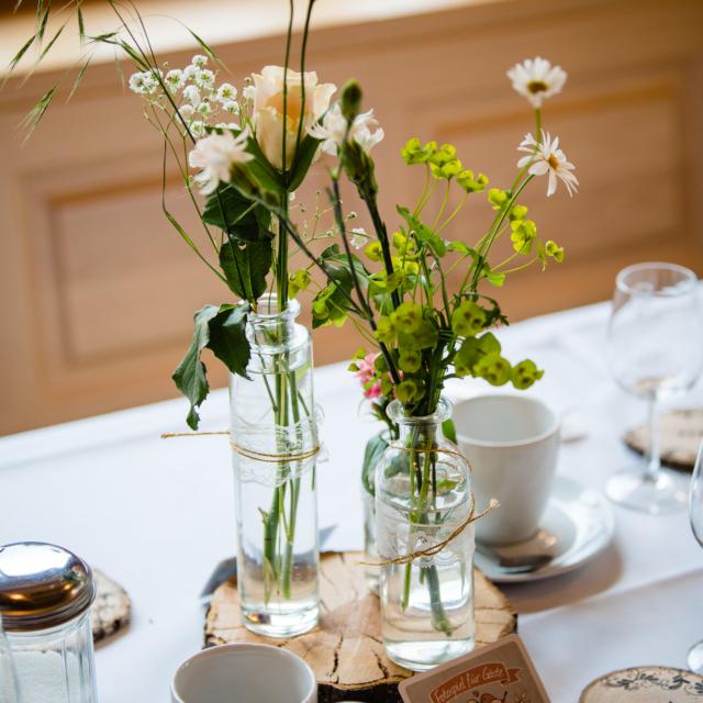 Hochzeitsfoto vom gedeckten Tisch