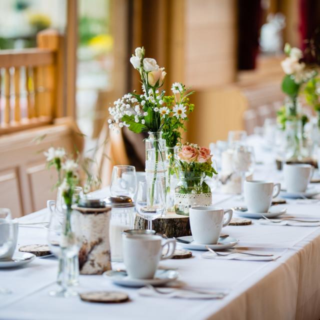Hochzeitsbild vom Tisch mit Blumen