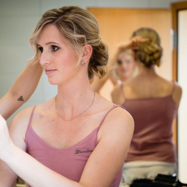 Bild zeigt Braut im Spiegel