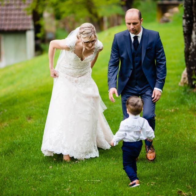 Hochzeitsfotografie zeigt Ehepaar mit Kind