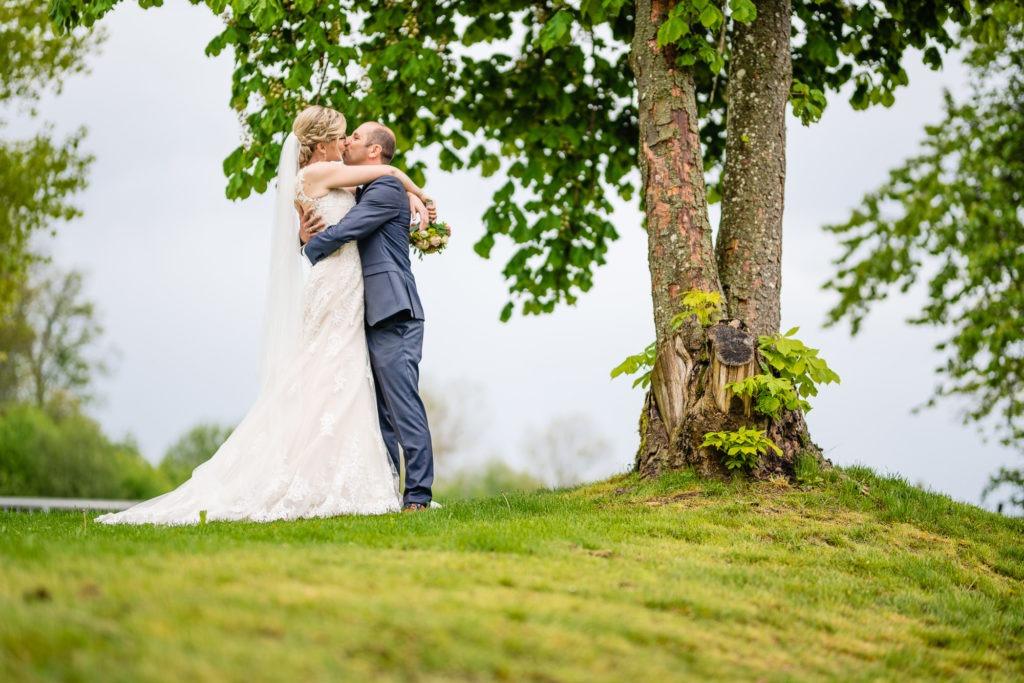 Hochzeitsfoto vom küssendem Brautpaar
