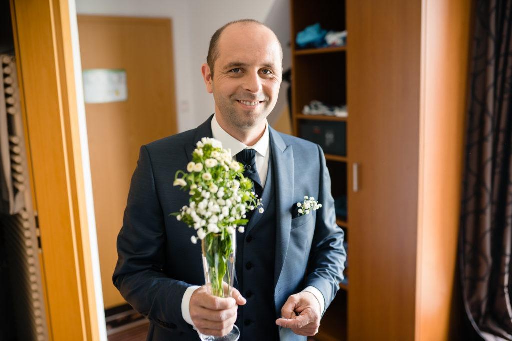 Bild zeigt Bräutigam mit einem Strauß Blumen