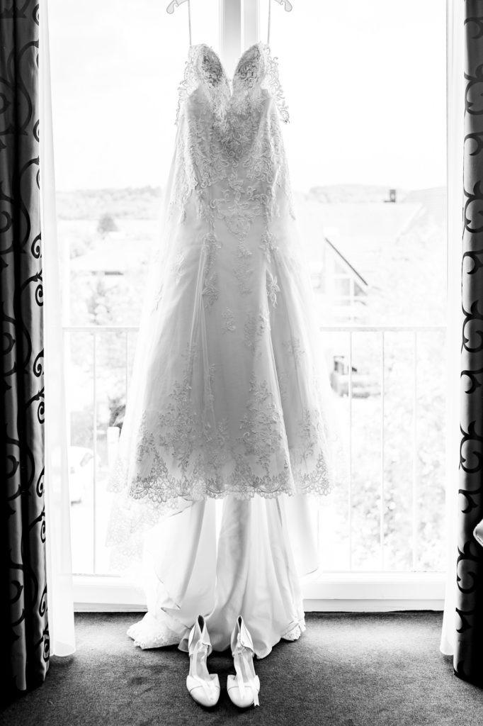 Hochzeitsfotografie vom Brautkleid am Fenster