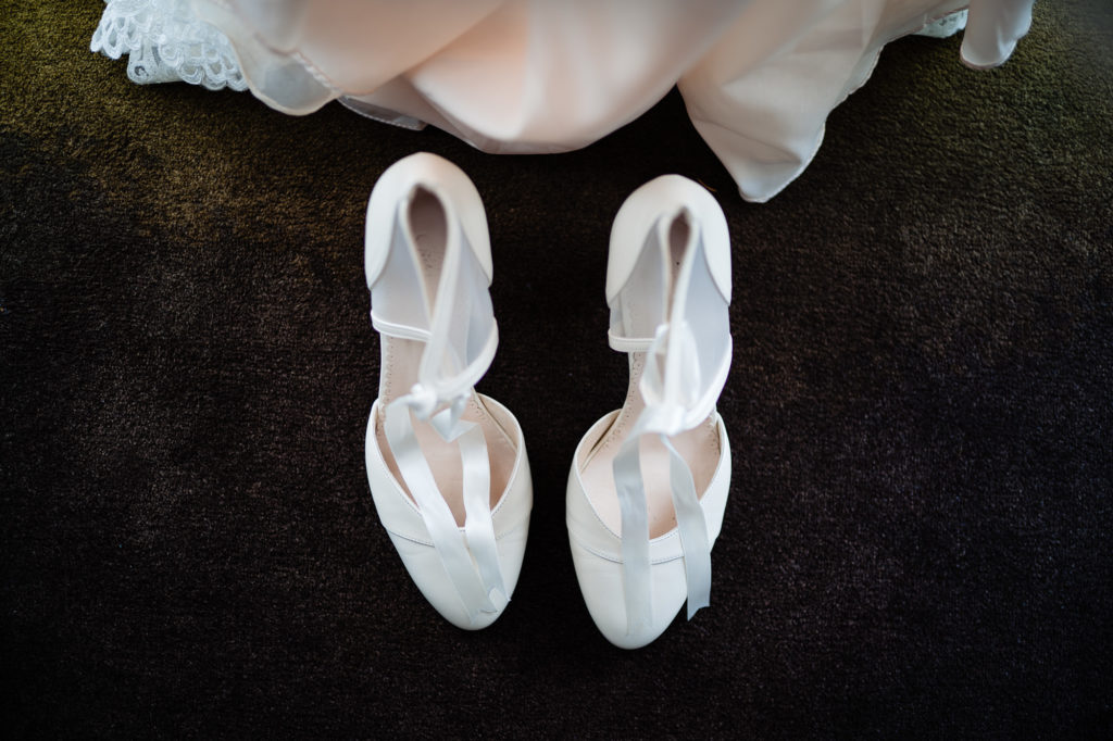 Hochzeitsfoto der Brautschuhe