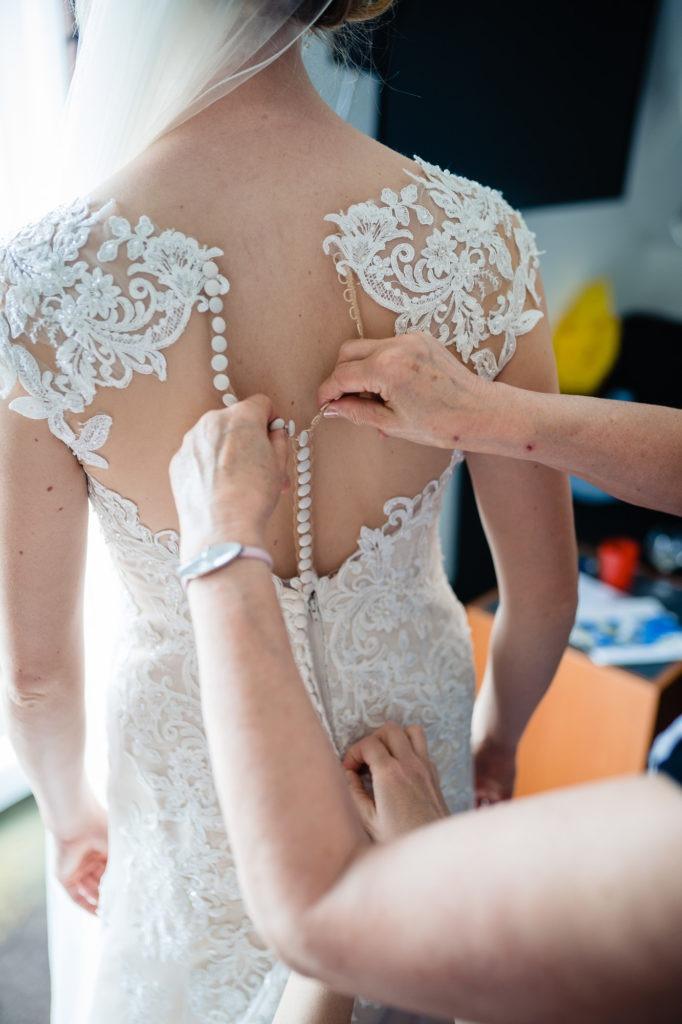 Hochzeitsfotografie vom Ankleiden der Braut