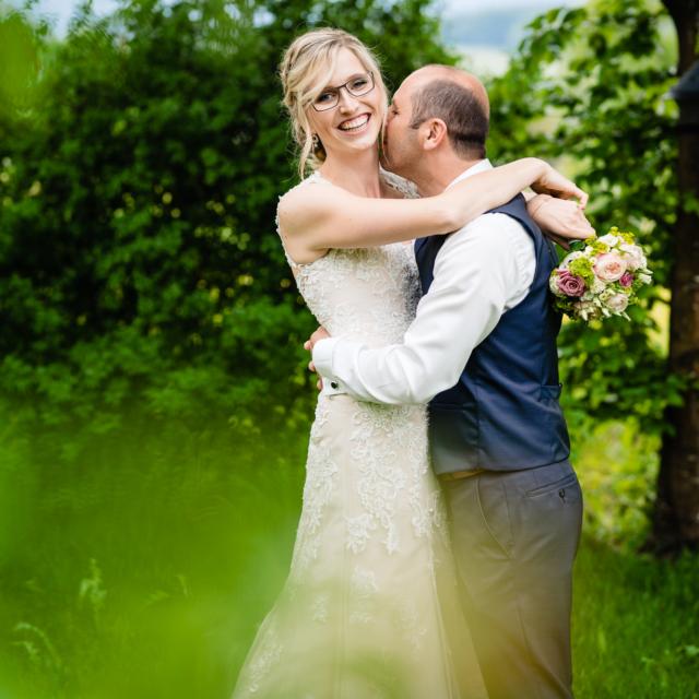 Foto zeigt lachende Braut