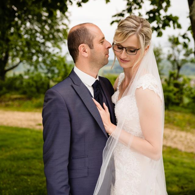 Hochzeitfotografie vom Brautpaar unter einem Baum