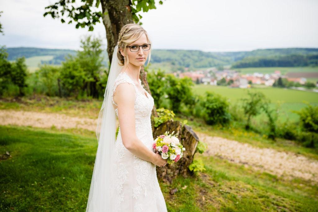 Foto zeigt Braut im Hochzeitskleid