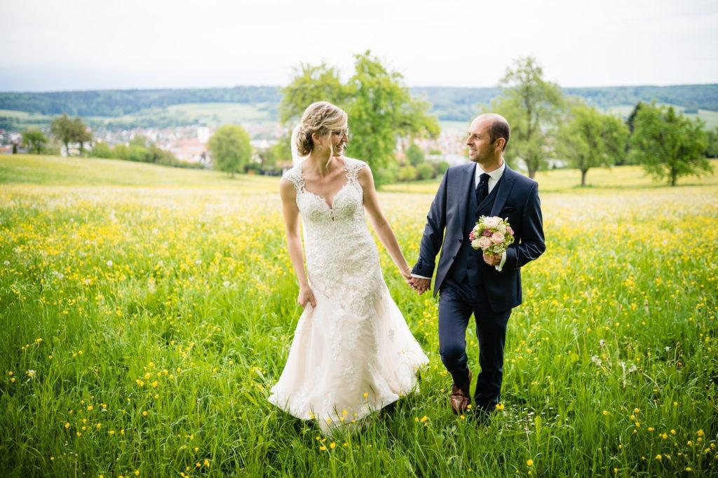 Bild zeigt Braut beim Spaziergang