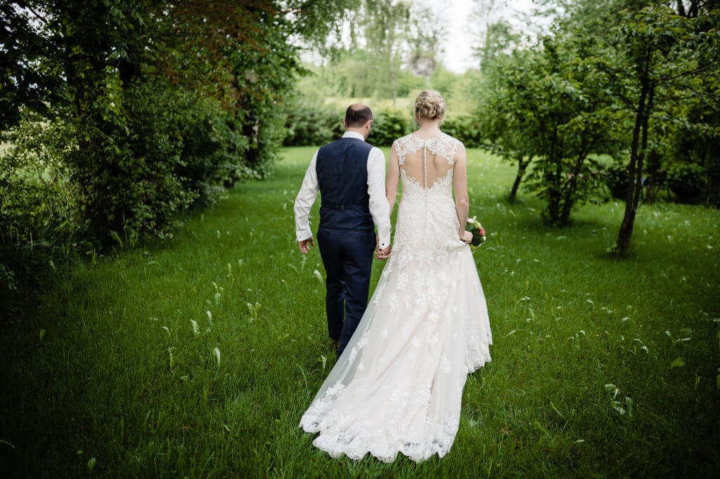 Hochzeitsfotografie vom Brautpaar in der Natur