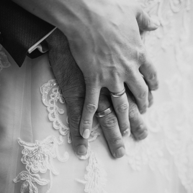 Hochzeitsfotografie von den Händen des Brautpaars