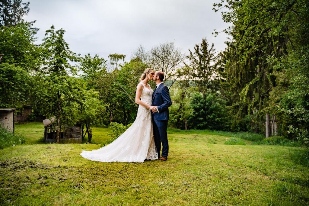 Foto zeigt Eheleute beim Kuss