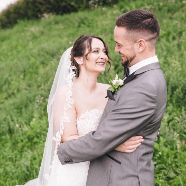 Hochzeitsfoto vom Brautpaar an der Grabkapelle