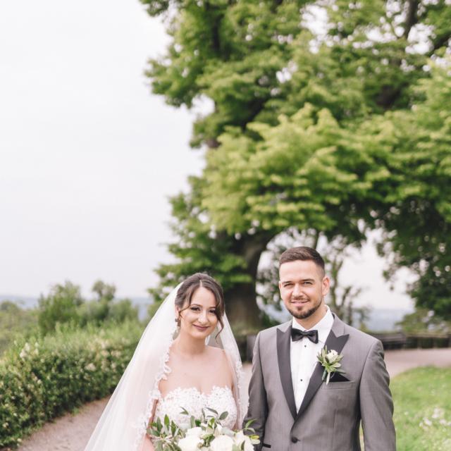 Hochzeitsbild vom Brautpaar beim Spaziergang