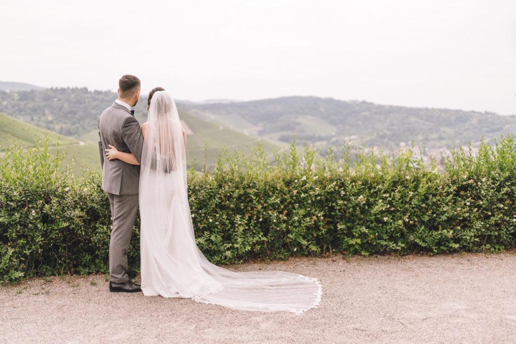 Foto zeigt Brautpaar das in die Ferne schaut
