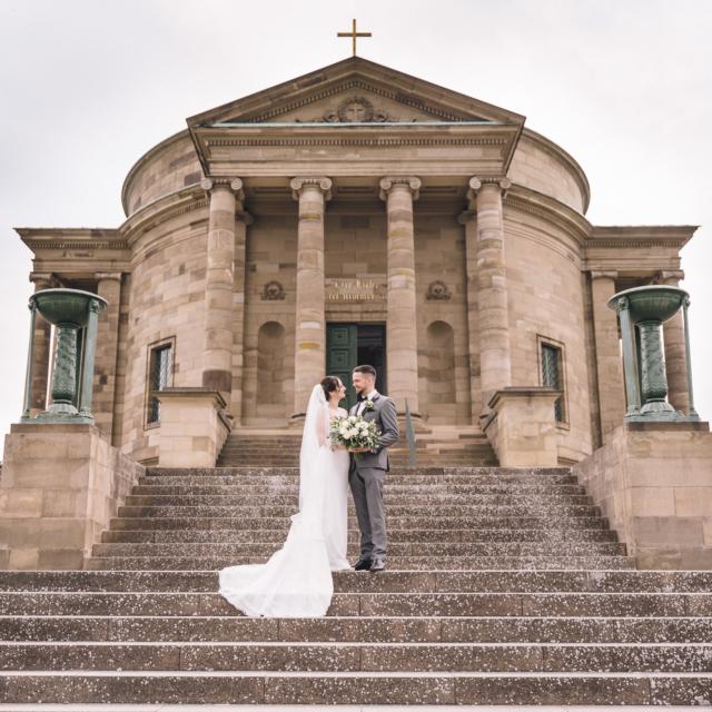 Hochzeitsbild mit dem Brautpaar auf einer Treppe