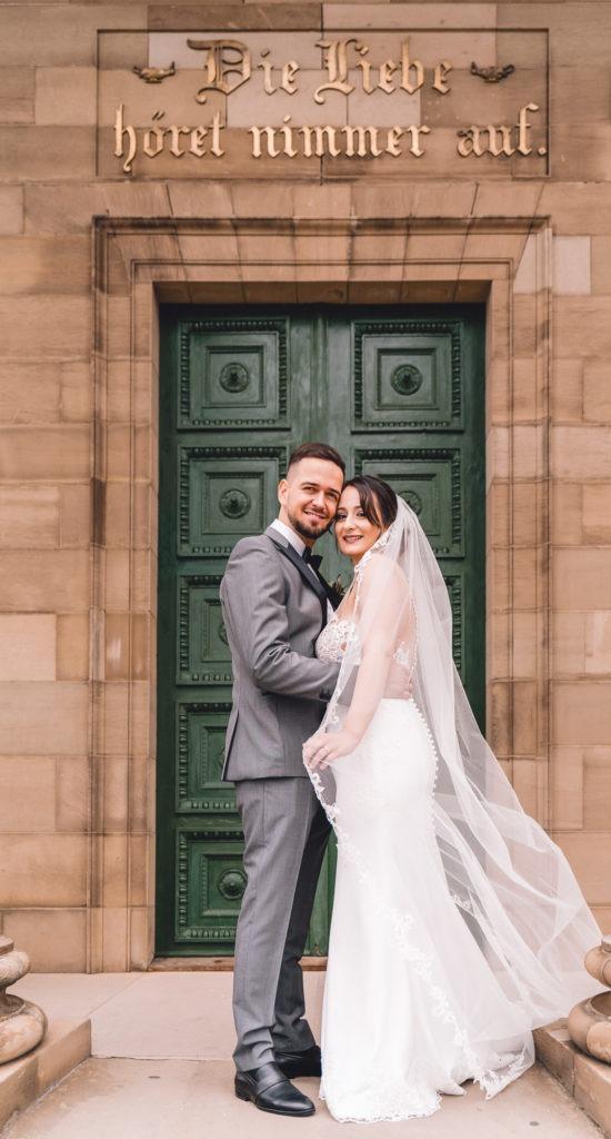 Hochzeitsfotografie vom Brautpaar am Kapelleneingang