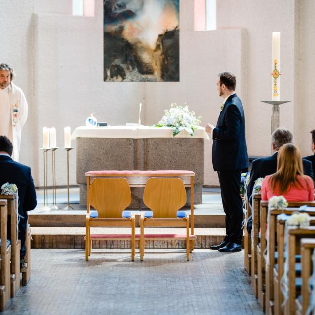 Detailfoto vom Bräutigam am Altar