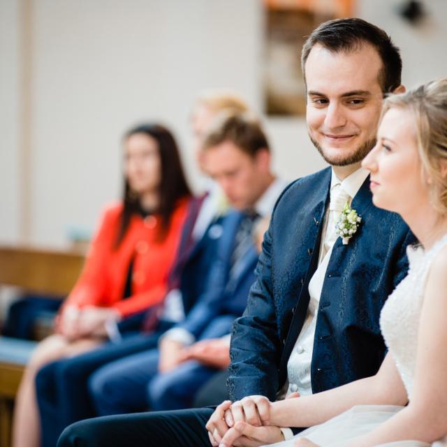 Foto zeigt Bräutigam der die Braut ansieht
