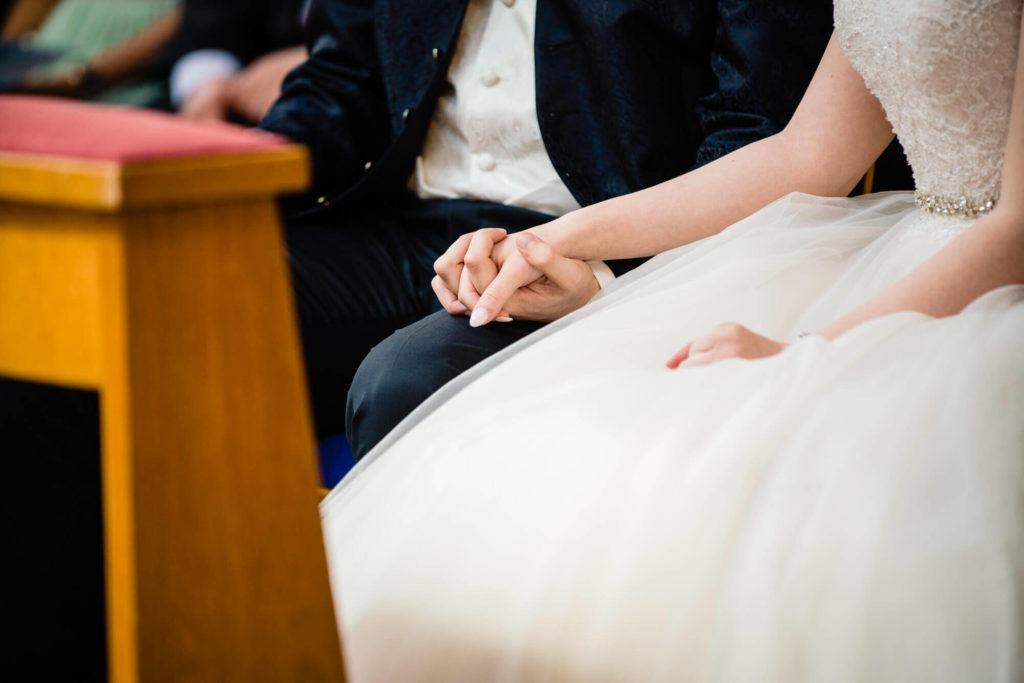 Bild zeigt das Händchen haltende Brautpaar